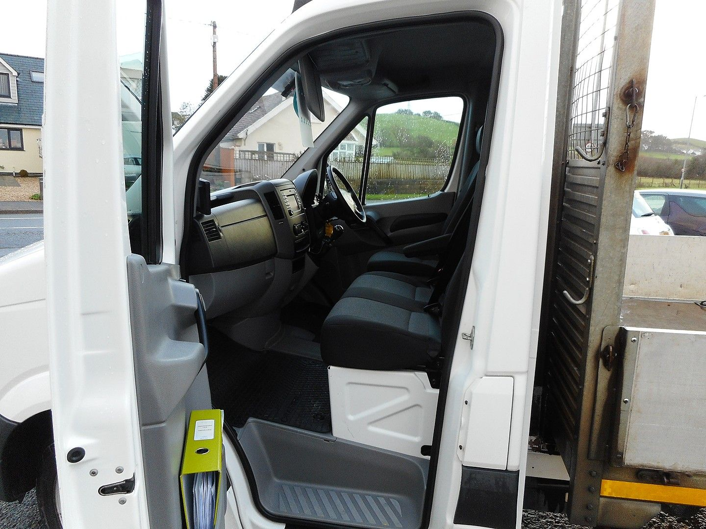 VOLKSWAGEN Crafter CR35 136PS 2.0TDI MWB WITH TAIL LIFT (2015) - Picture 14