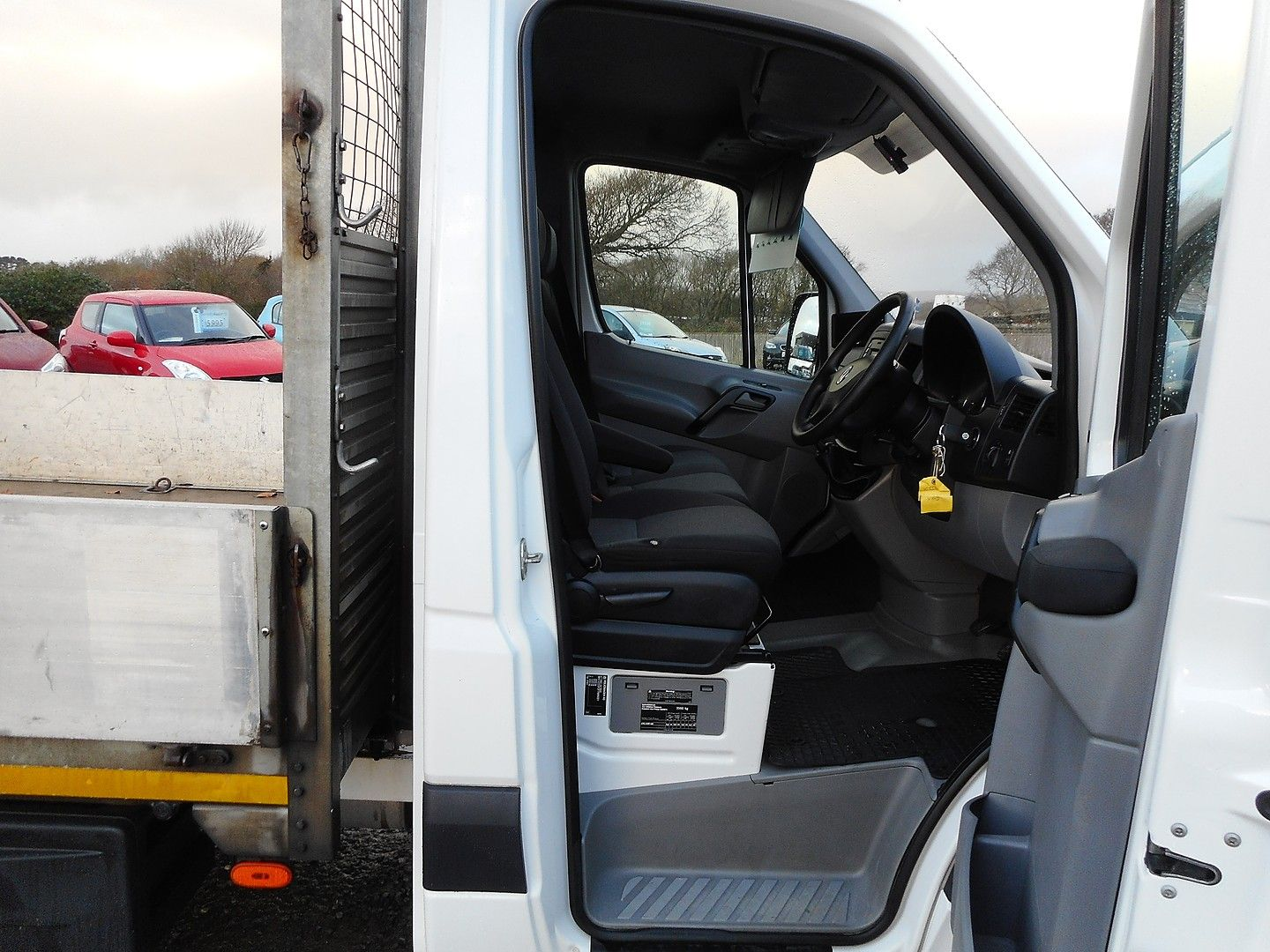 VOLKSWAGEN Crafter CR35 136PS 2.0TDI MWB WITH TAIL LIFT (2015) - Picture 7