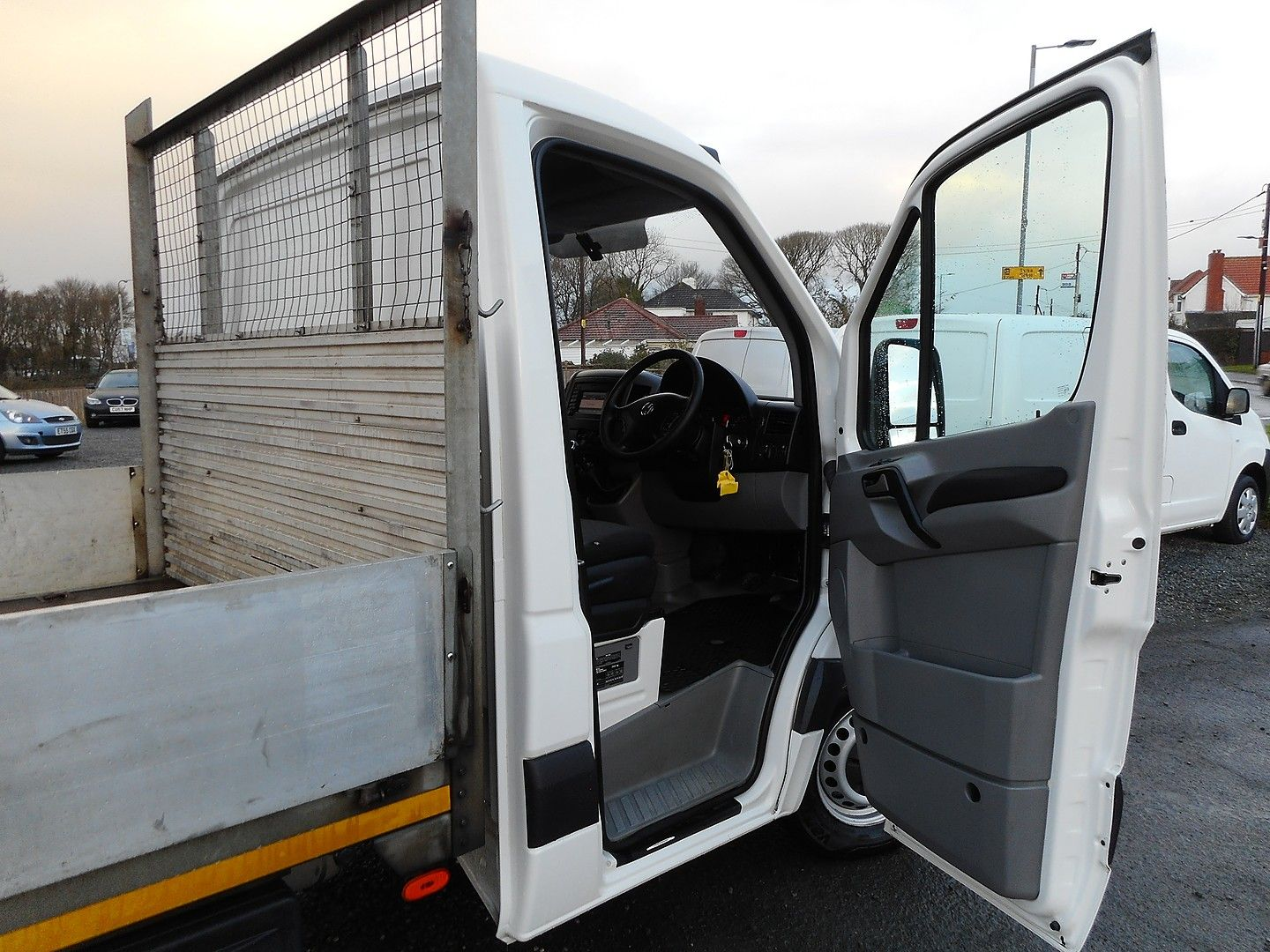 VOLKSWAGEN Crafter CR35 136PS 2.0TDI MWB WITH TAIL LIFT (2015) - Picture 8